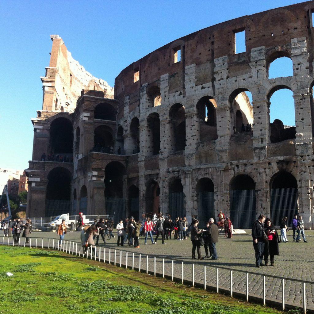 Parte da fachada lateral Arquitetura Neoclassica do colosseo de Roma