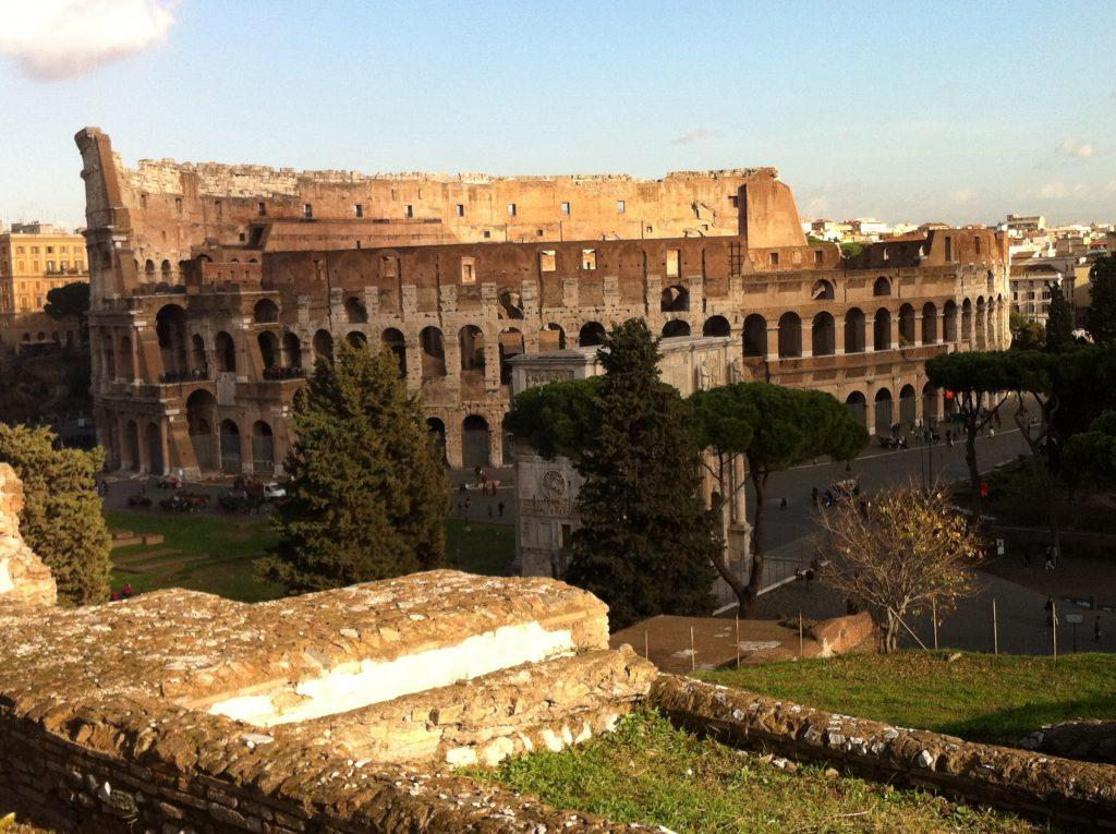Vista da fachada Coliseu de Roma a partir do Palatino