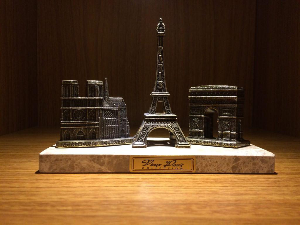 Miniatura Arquitetônica da torre eiffel notedrame e arco do triunfo em Paris
