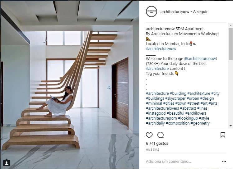 escada com design curvado