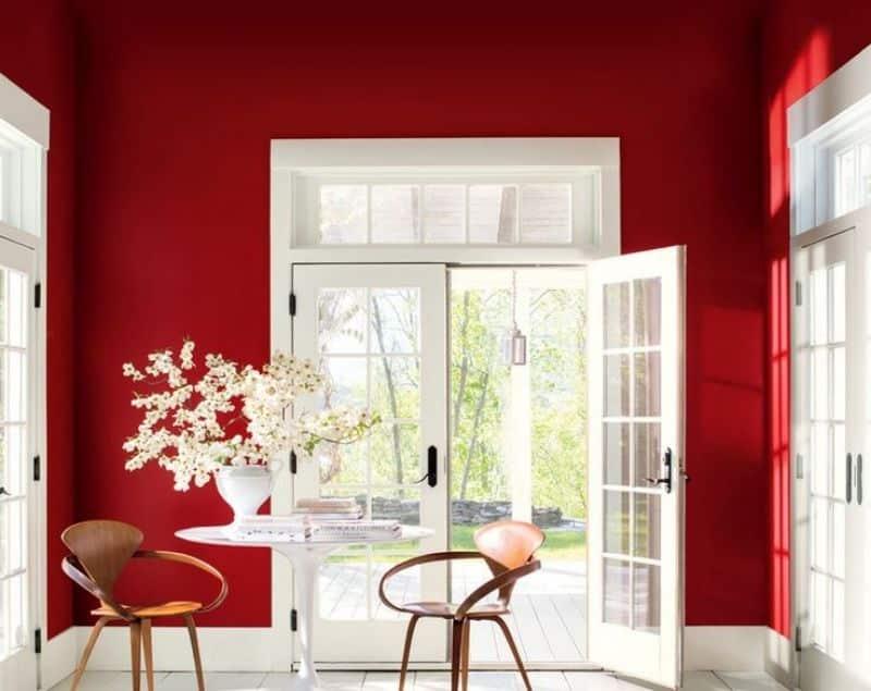 Hall de entrada parede vermelha portas brancas