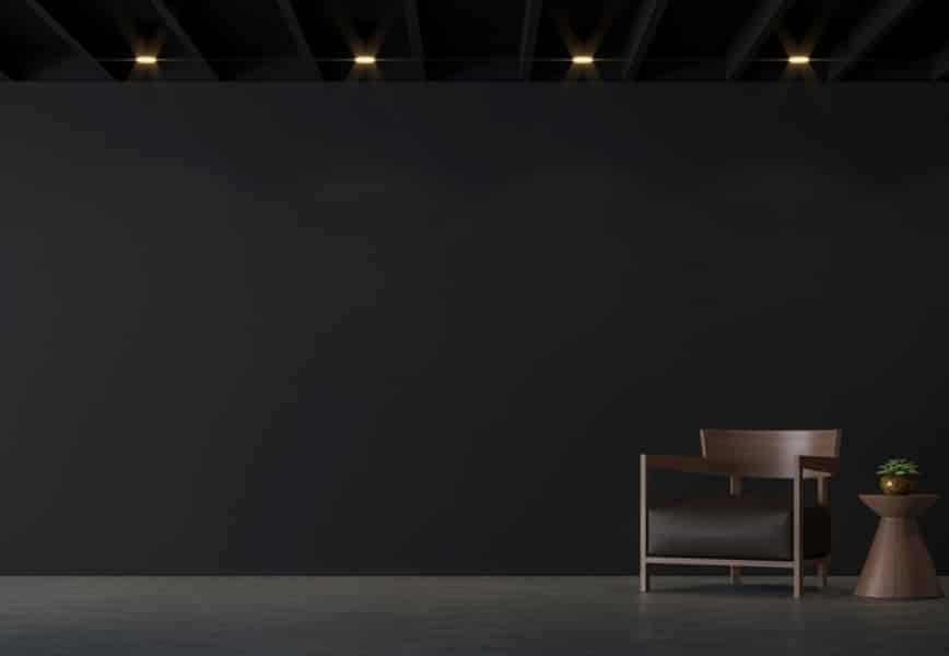 Sala parede cinza com teto preto