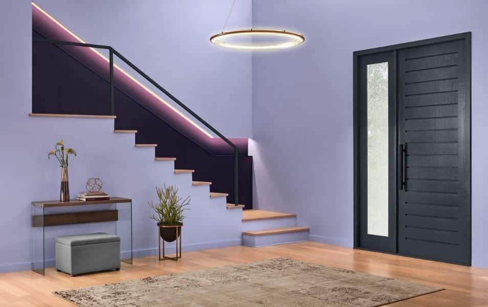 Sala com parede roxa e piso em madeira