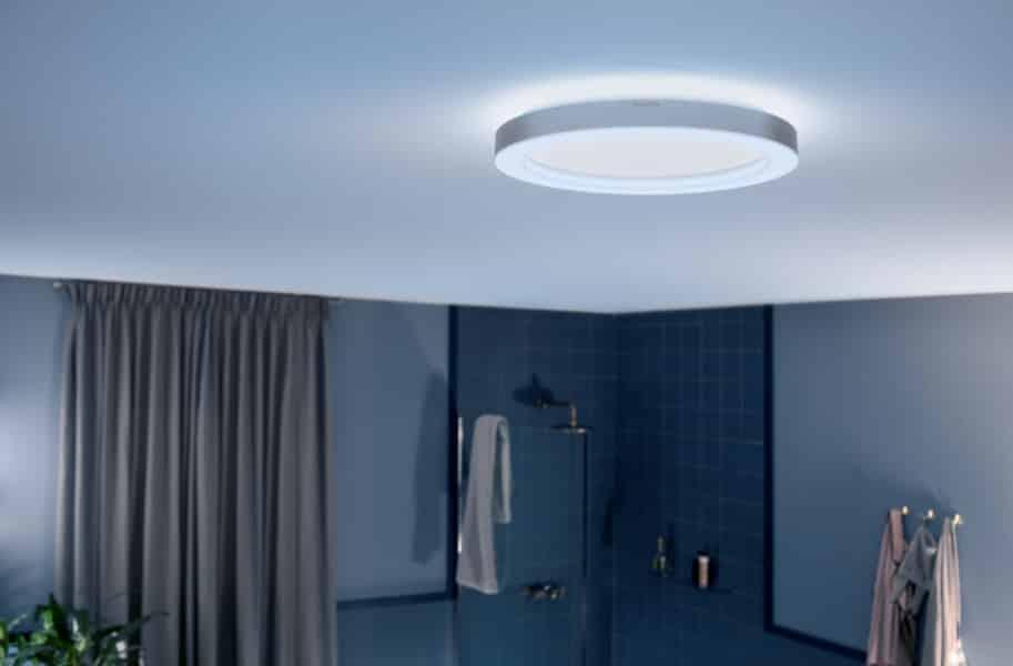 Banheiro com iluminação branca.