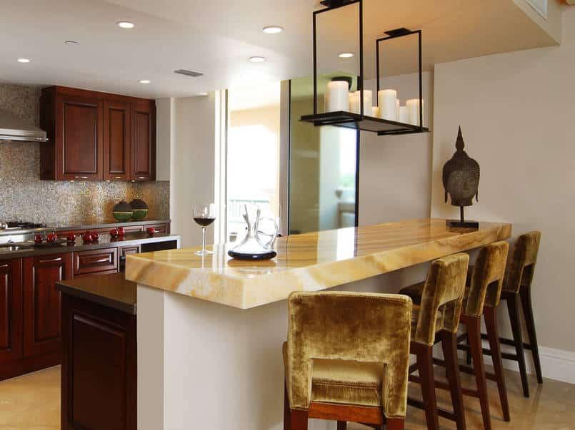 Cozinha moderna com bancada na cor ouro.