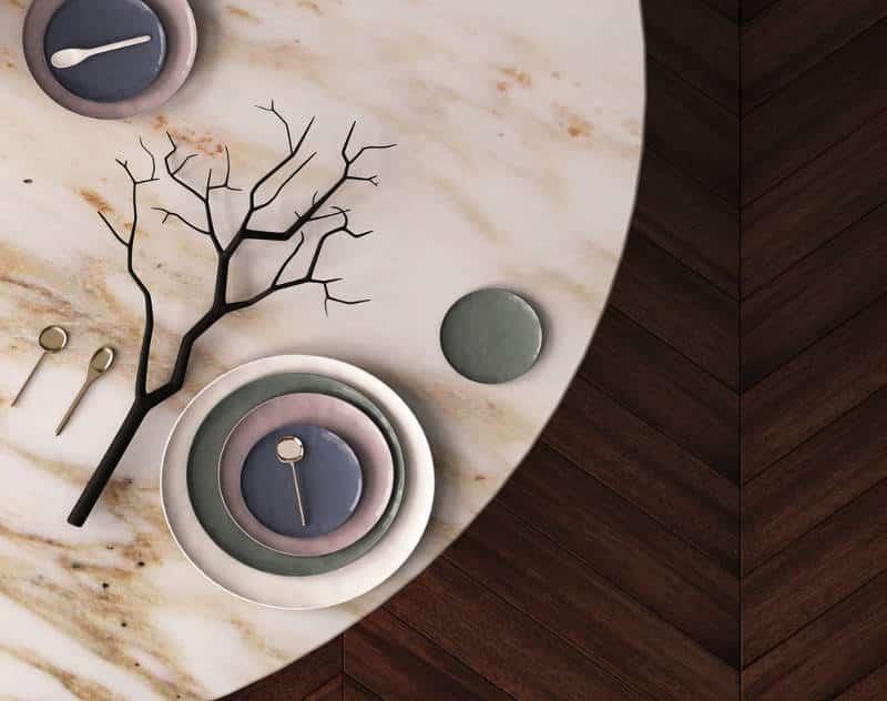Mesa de mármore com piso de madeira escuro.