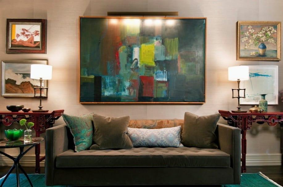 Sala com quadro pintado a óleo.