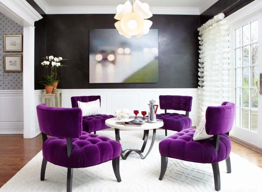Sala de estar moderna com fundo de parede preto.