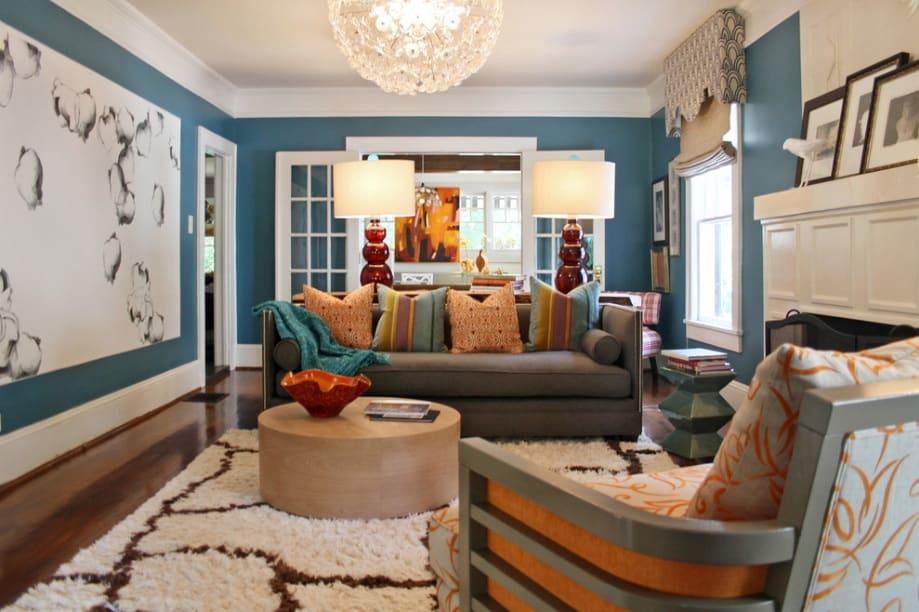 Sala de estar parede azul com branco.
