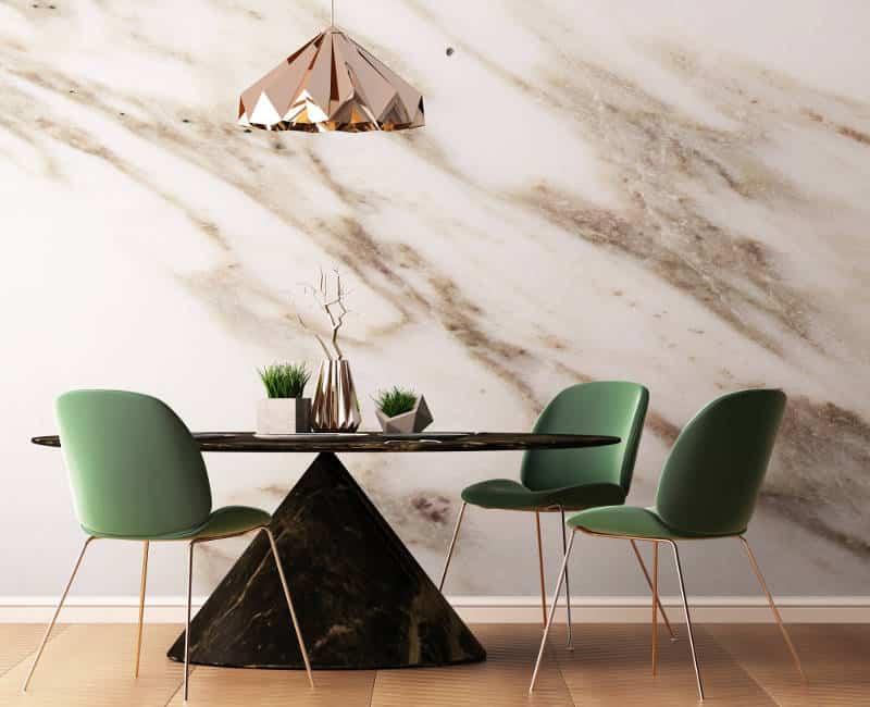 sala de jantar com parede de mármore destacada.