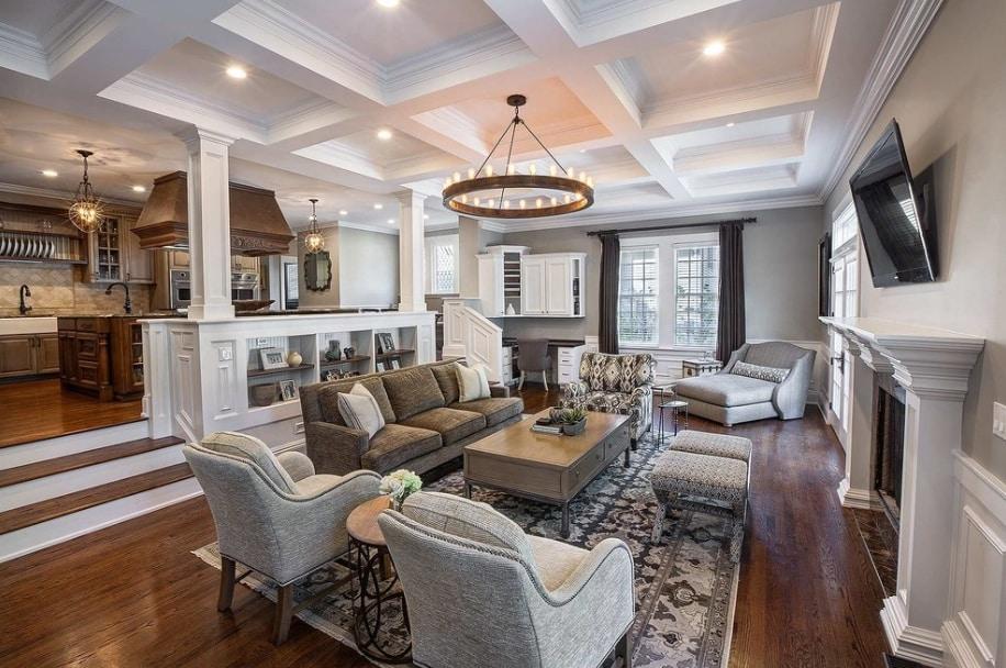 Sala tradicional com piso de madeira