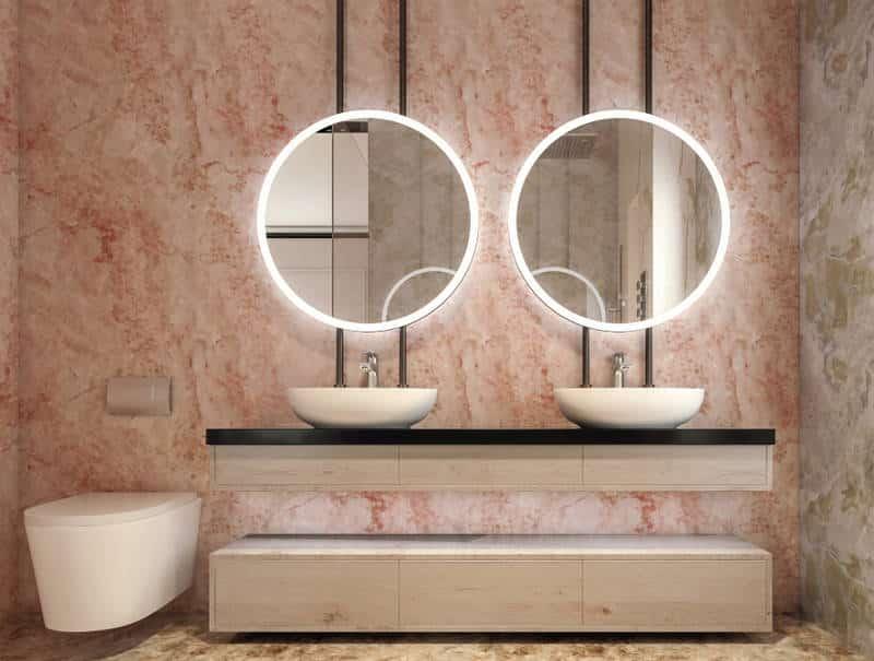 Banheiro com mármore rosa.