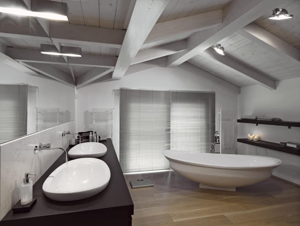 Banheiro com piso de madeira.