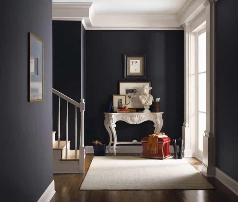 corredor piso de madeira e paredes escuras - Os 10 Mandamentos da Pintura