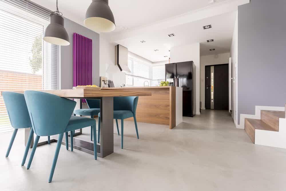 cozinha com cadeiras azuis - Como projetar um espaço aberto em um pequeno espaço?