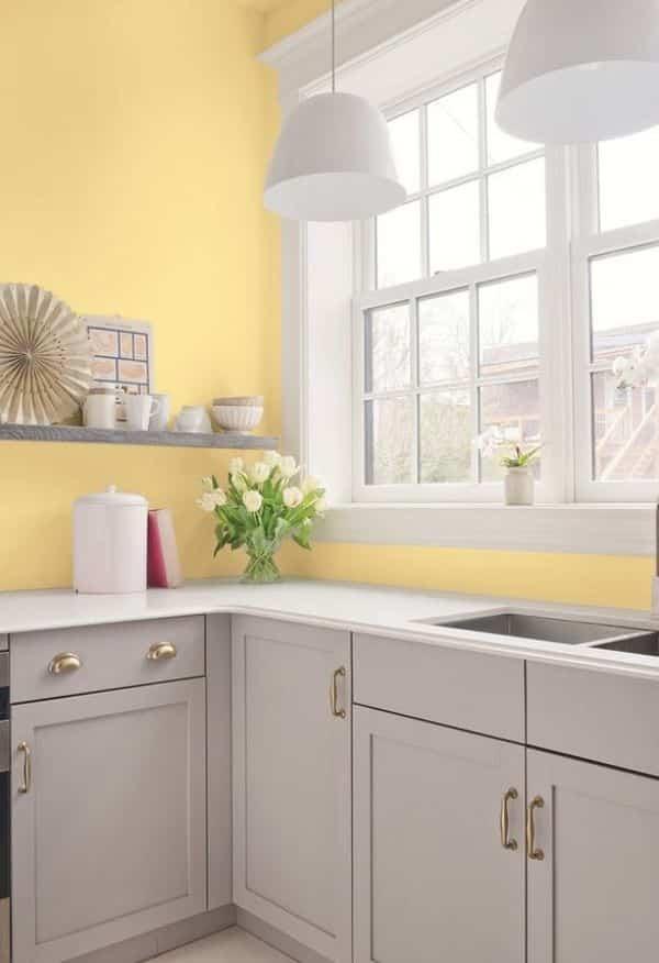 cozinha com paredes amarela e janelas brancas - Os 10 Mandamentos da Pintura