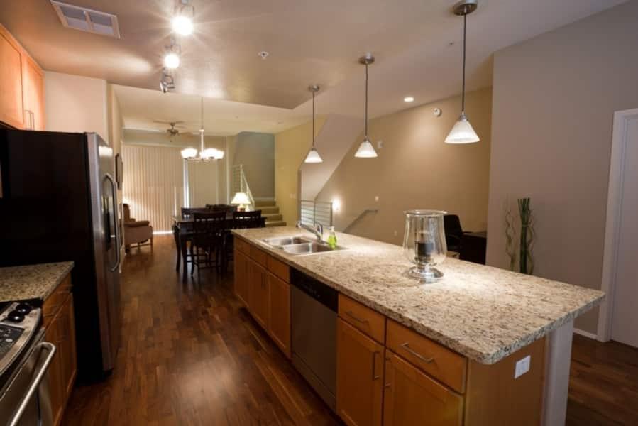 Cozinha com piso de madeira escuro.