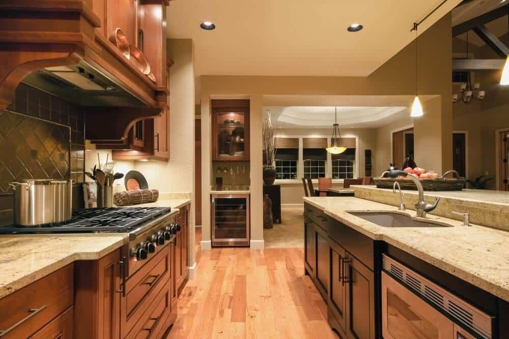 Cozinha móveis de madeira com piso de madeira clara.