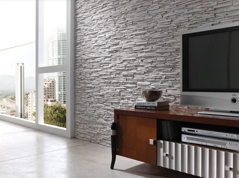 sala com paredes de pedra.