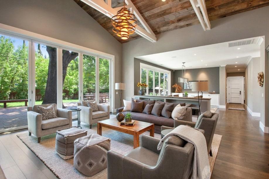 Sala de estar cinza com piso de madeira.