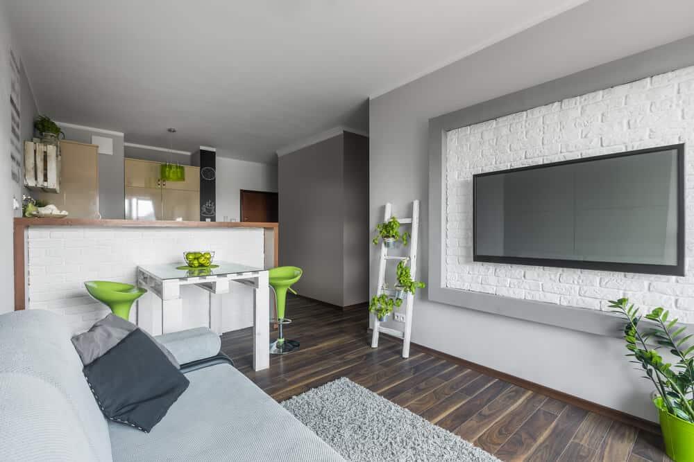 sala de estar com escada branca decorativa - Como projetar um espaço aberto em um pequeno espaço?