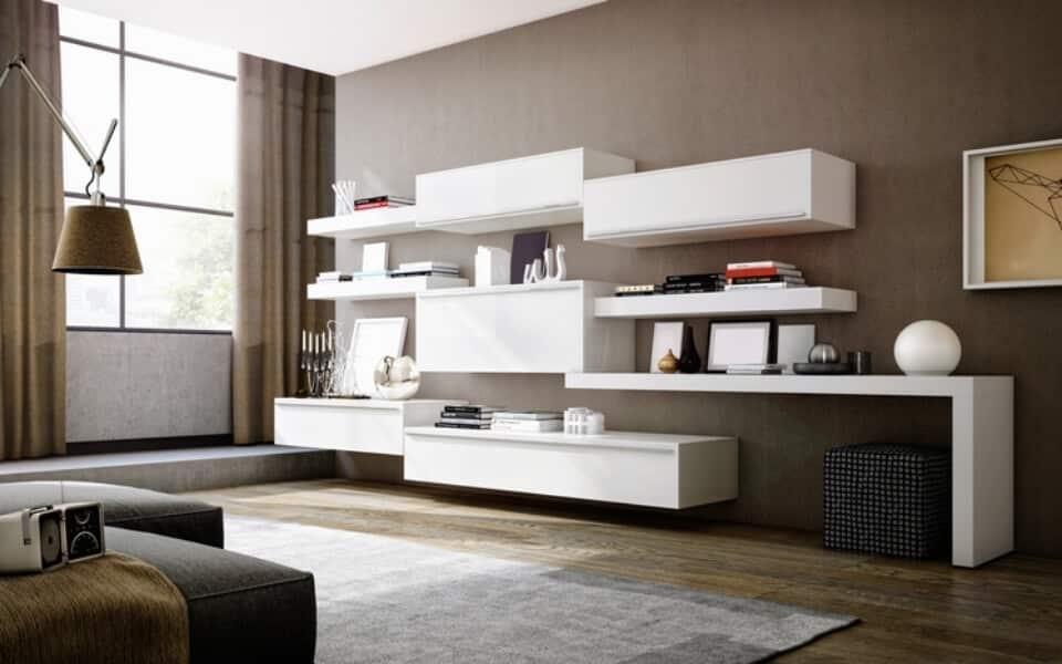 Sala de estar com prateleiras brancas