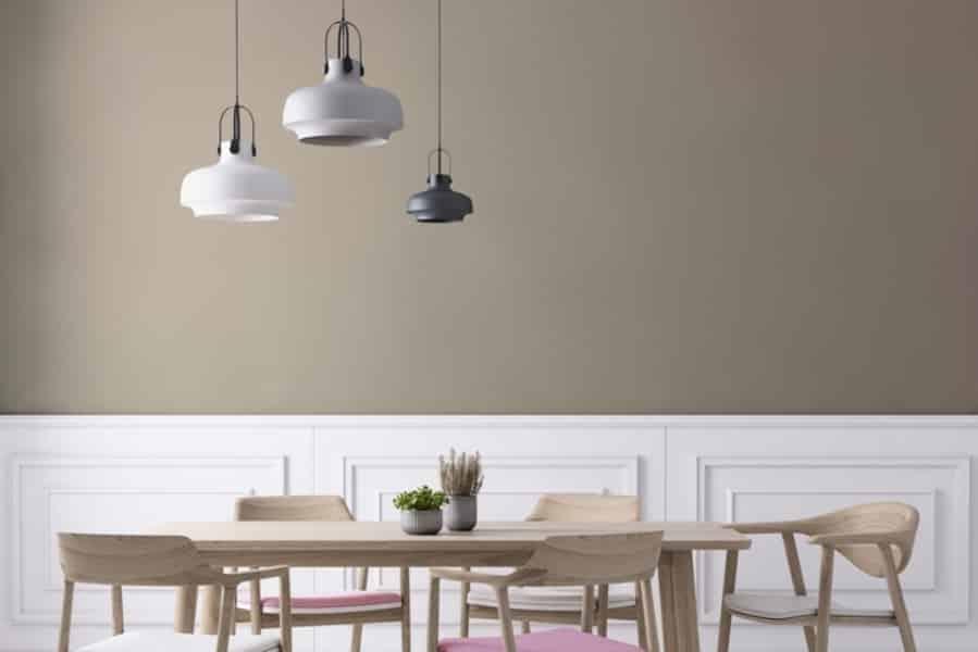 Sala de jantar com moldura branca.