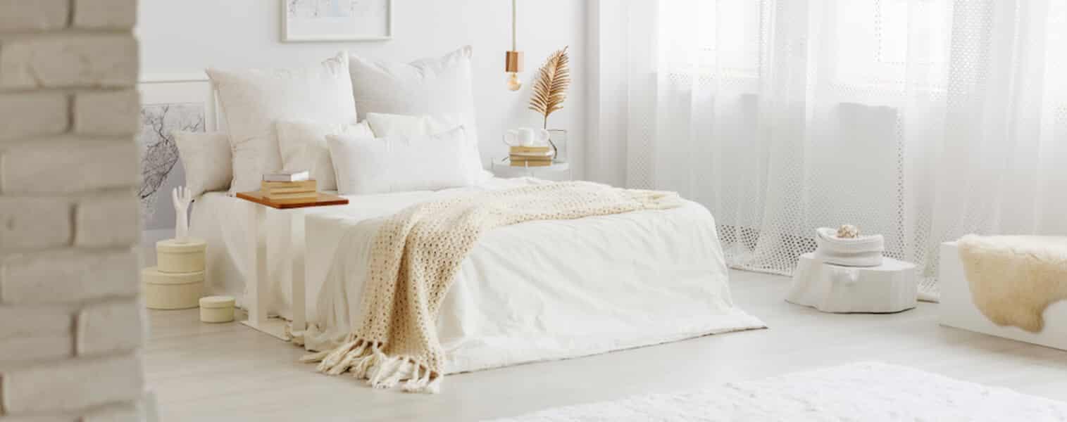 Cama de casal com manta.