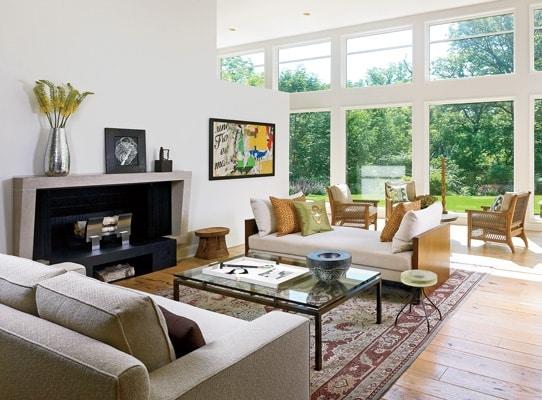Sala de estar com vista para a natureza.