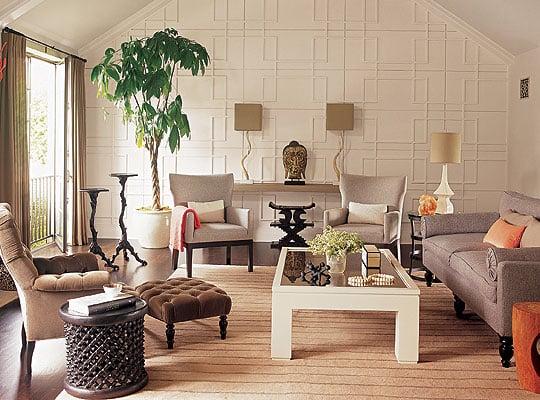 Sala de estar na cor bege e um vazo de planta.