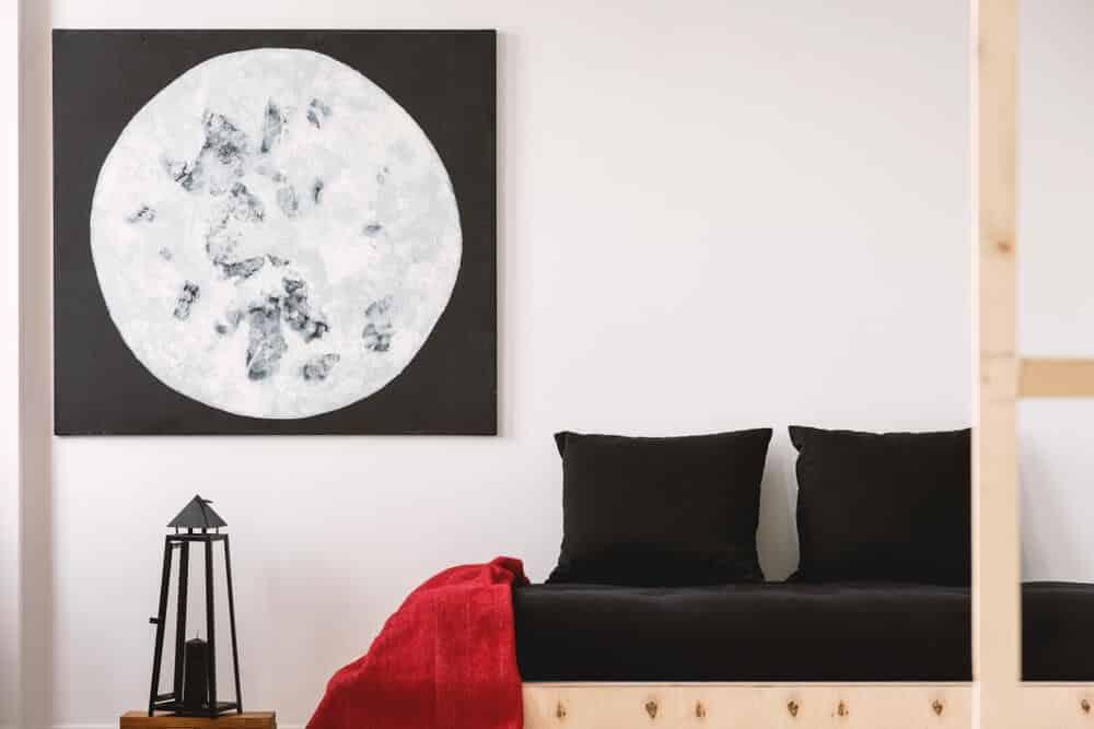 sofá preto com cobertor vermelho na lateral - Pensar zen é pensar em cores neutras? Experimente estes estilos Zen coloridos