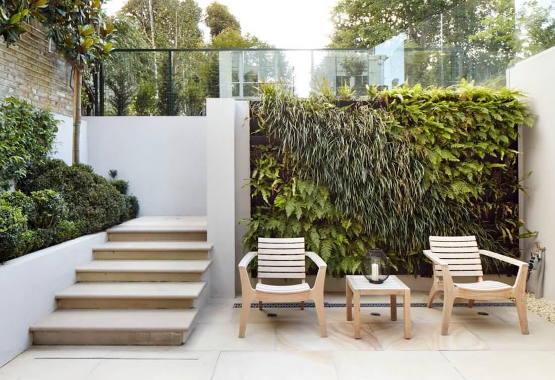 Área externa com parede de vegetação.