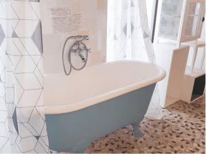 Banheira branca e azul.