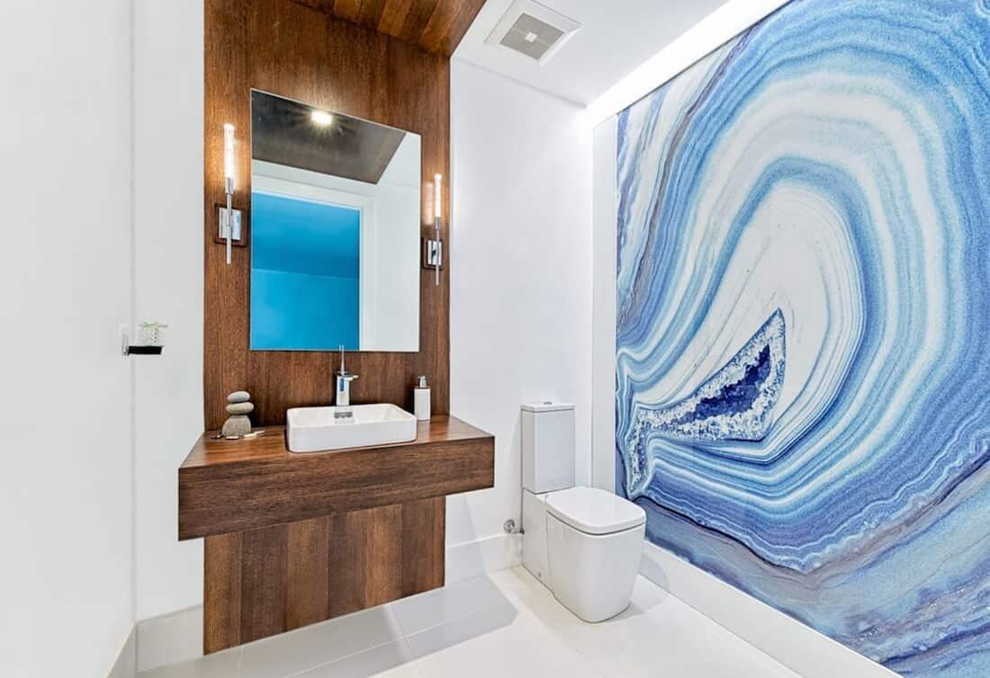 Banheiro com design de geodo natural.