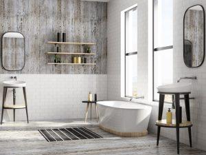 Banheiro com dois espelhos e três prateleiras flutuantes.