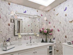 Banheiro com papel de parede borboleta