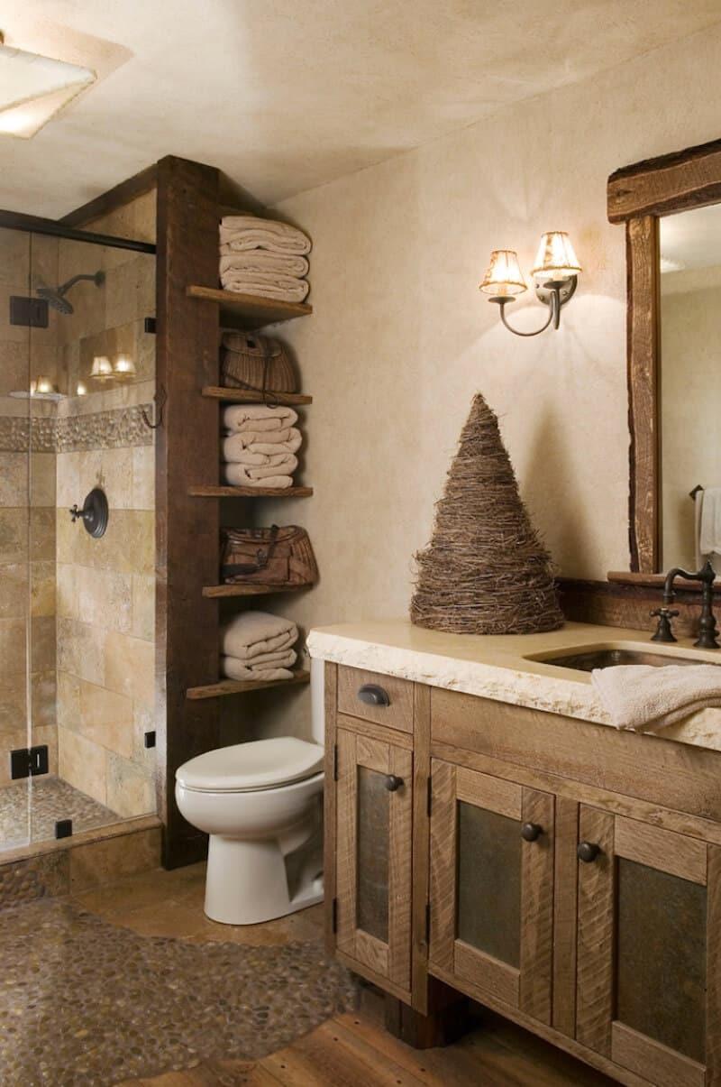 Banheiro de madeira e pedra natural.