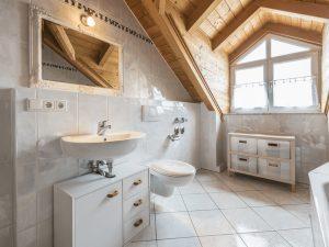 Banheiro de piso e madeira.