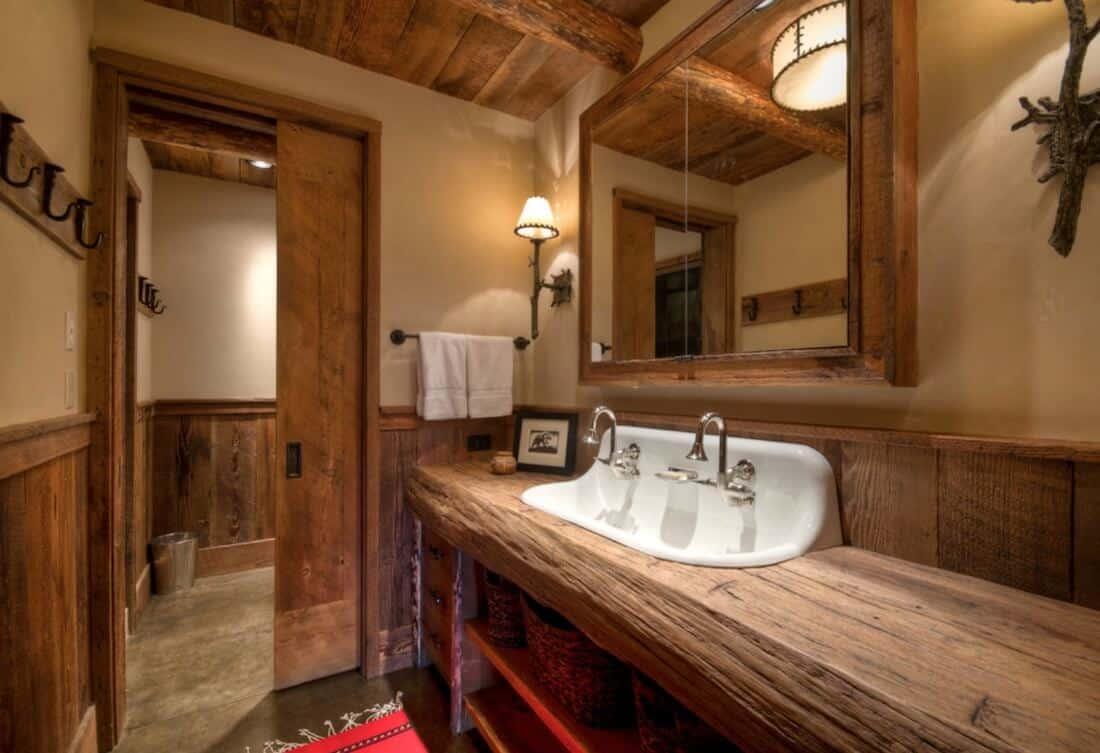 Banheiro rústico de madeira.