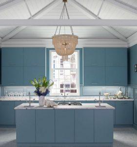 cozinha azul com três pias 281x300 - Pias de cozinha: Como escolher o melhor estilo para suas necessidades