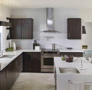 cozinha branca com madeira tabaco 300x295 - Pias de cozinha: Como escolher o melhor estilo para suas necessidades