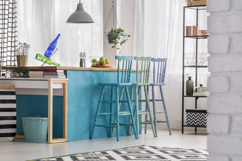 cozinha com bancada azul e cadeiras coloridas - As cores pantone do ano para 2020 foram anunciadas acidentalmente?