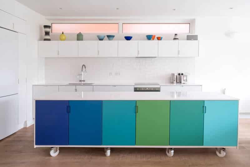 cozinha com portas de armário coloridos - As cores pantone do ano para 2020 foram anunciadas acidentalmente?