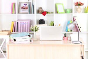 Escritório com prateleira branca e acessórios coloridos.