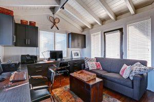 escritório com sofá azul 300x200 - 5 idéias para esquemas de cores de escritório em casa
