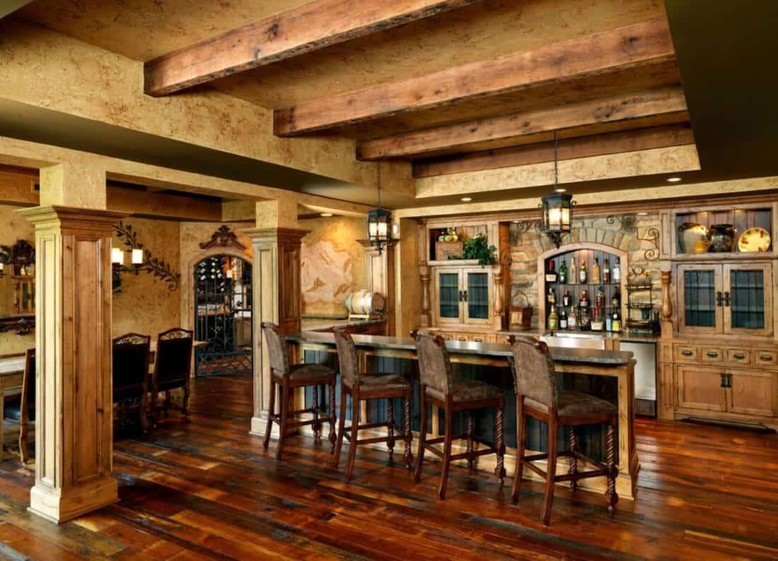 Espaço rústico com piso de madeira.
