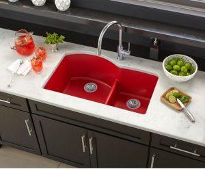 pia branca com tigela vermelha 1 300x247 - Pias de cozinha: Como escolher o melhor estilo para suas necessidades