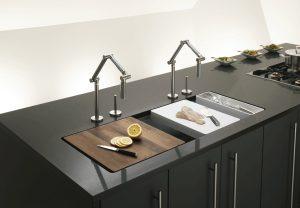 pia com duas torneiras 300x208 - Pias de cozinha: Como escolher o melhor estilo para suas necessidades