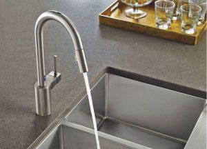pia escura com torneira inox 300x216 - Pias de cozinha: Como escolher o melhor estilo para suas necessidades