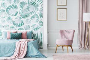 Quarto com papel de parede e poltrona lilás.